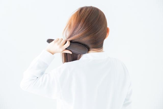 髪をブラッシングする目的は2つ!健康な頭皮とツヤツヤな髪のために毎日のブラッシングは欠かせません!